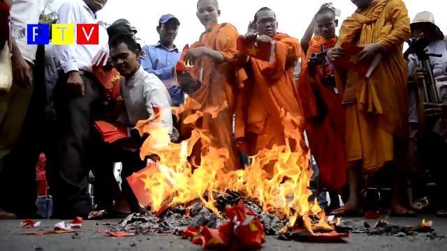 Bọn phản động đội lốt tu sĩ Cambodia đốt cờ Việt Nam