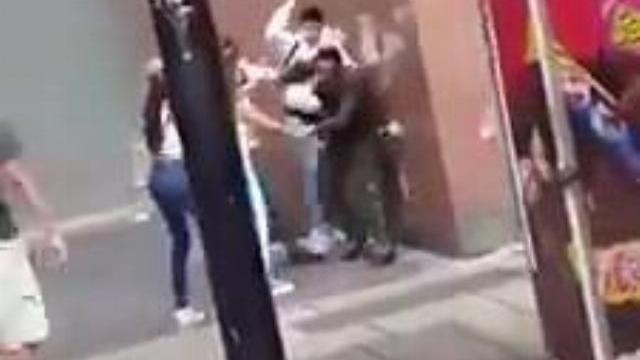 Cảnh sát Venuezela bị người dân đuổi bắt đánh đập trên phố