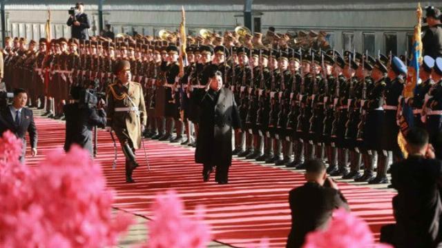 Dân Triều Tiên reo hò tiễn ông Kim Jong Un lên tàu đi Việt Nam