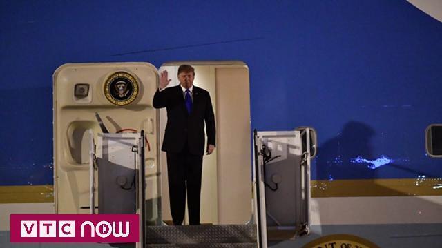 Khoảnh khắc Tổng thống Trump đặt chân xuống Nội Bài