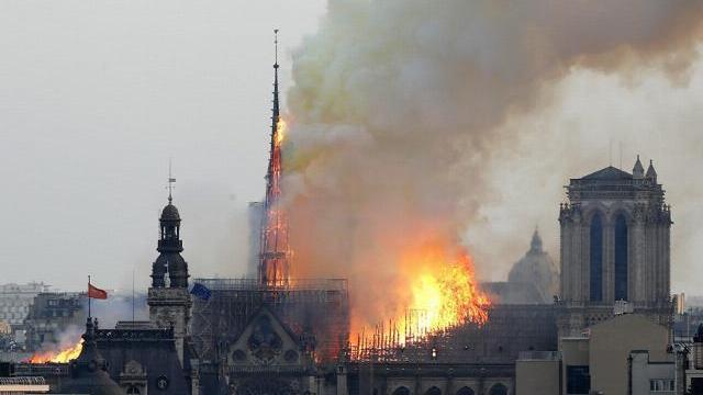Khoảnh khắc tháp chuông Nhà thờ Đức Bà Paris đổ sập trong vụ cháy