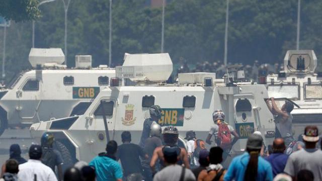 Xe quân sự chạy lên đám đông người biểu tình ở Venezuela