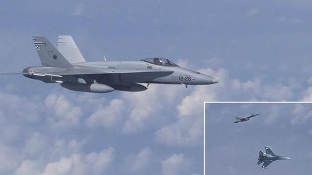 Su-27 vừa hộ tống Bộ trưởng Quốc phòng Nga, vừa xua đuổi F-18 của NATO