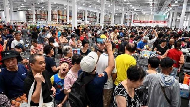 Siêu thị Mỹ khai trương, dân Trung Quốc chen mua như ăn cướp