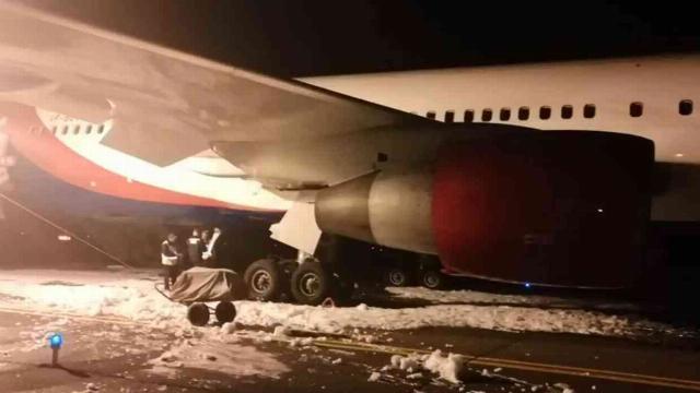Máy bay xuất phát từ Cam Ranh nổ lớn, cháy càng sau khi hạ cánh