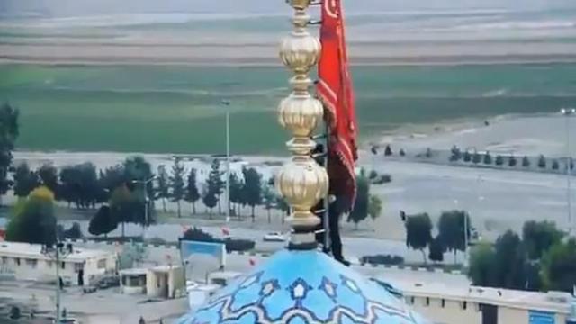 Iran giương cờ đỏ 'báo thù Mỹ' trên nóc nhà thờ Hồi giáo