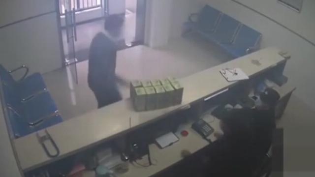 Người đàn ông mang 500 chiếc khẩu trang tới đồn cảnh sát rồi vội vàng bỏ đi