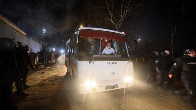 Phản đối người từ Vũ Hán về, dân làng Ukraine chặn đường, ném đá vỡ cửa xe chở đoàn cách ly
