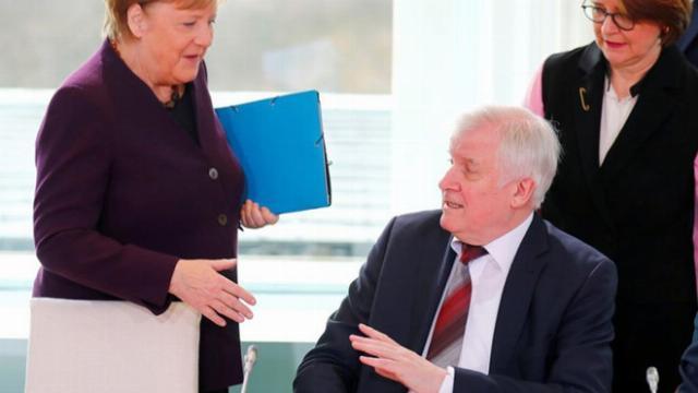 Bộ trưởng Đức không chịu bắt tay Thủ tướng Merkel vì sợ virus Corona