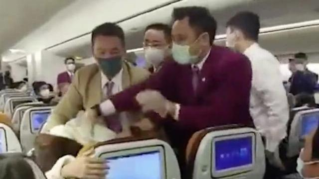 Hành khách Trung Quốc ho vào mặt tiếp viên hãng hàng không Thai Airways