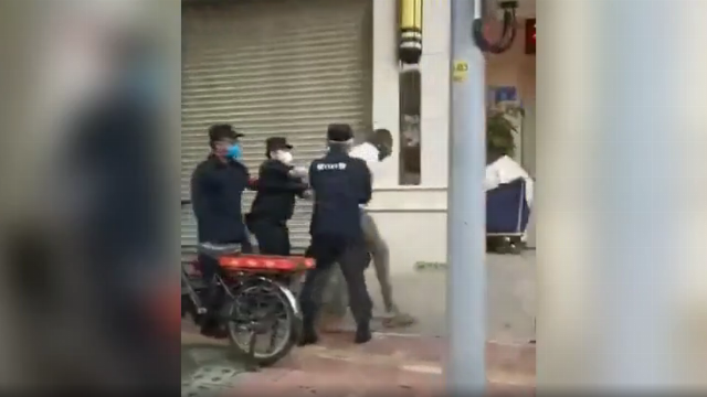 Cảnh sát Trung Quốc mạnh tay bắt người châu Phi trên đường phố Quảng Châu