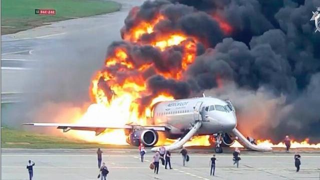 Máy bay chở khách của Nga chìm trong lửa