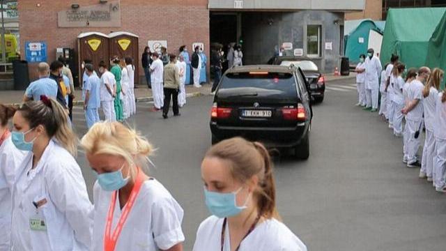 Các sĩ đồng loạt quay lưng khi Thủ tướng Bỉ tới thăm bệnh viện