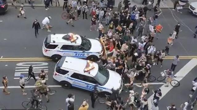 Hai chiếc xe cảnh sát hùng hổ lao vào đám đông người biểu tình ở Mỹ