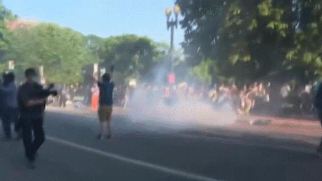 Cảnh sát bắn hơi cay giải tán biểu tình trước chuyến thăm của TT Trump