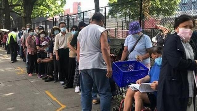 Hàng chục nghìn người Mỹ xếp hàng nhận đồ hỗ trợ tại một ngân hàng thực phẩm ở quận Queens, New York, cuối tuần qua.