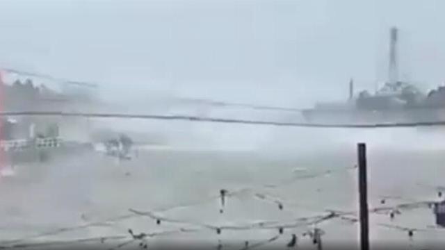 Cầu treo ở Philippines bị siêu bão mạnh nhất năm quật phần phật như dải lụa