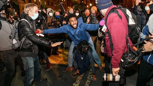 Biểu tình nhiều nơi, đụng độ ngoài Nhà Trắng ngày bầu cử Mỹ