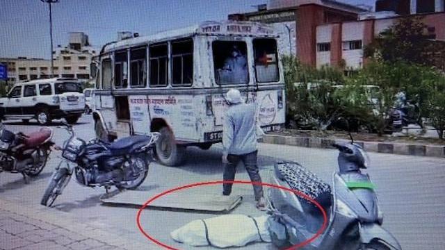 Ấn Độ: Thi thể bệnh nhân Covid-19 văng khỏi xe cứu thương