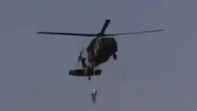 Video Taliban treo người trên trực thăng gây xôn xao
