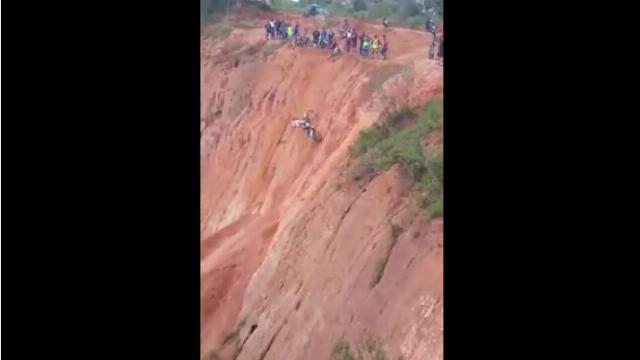Cuộc đua xe mô tô vướt vách núi cao 20m
