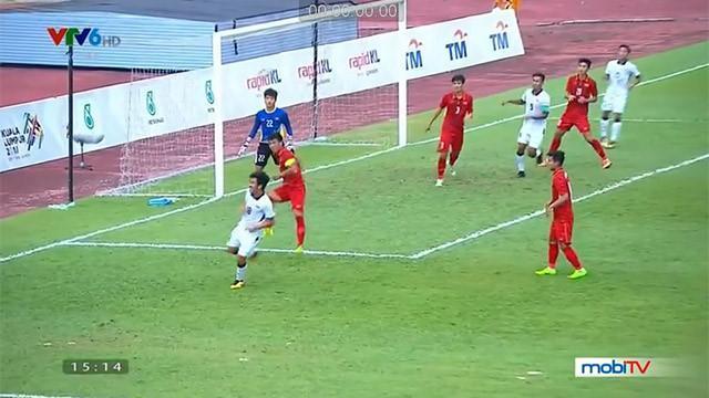 Các hậu vệ U22 Việt Nam để lọt tiền vệ mang áo số 18 của Thái Lan rảnh chân dứt điểm trong vùng cấm.
