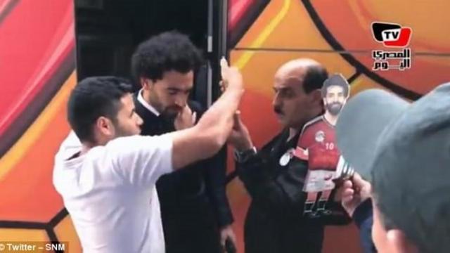 Salah khó chịu vì bị fan đụng chạm vào vùng vai bị thương