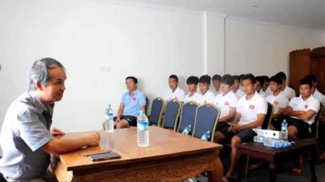 Bầu Đức trò chuyện cùng U19 Việt Nam ở VCK U19 châu Á 2014