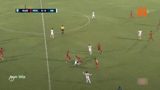 Công Phượng phạm lỗi với cầu thủ Myanmar (