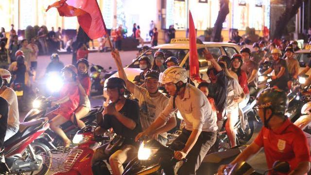 Biển người đổ ra đường mừng tuyển Việt Nam chiến thắng