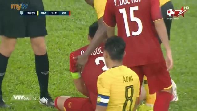 Pha bỏ bóng đánh người lộ liễu của cầu thủ Malaysia trước mặt trọng tài biên!