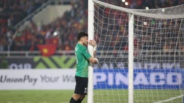 Thủ môn Văn Lâm ôm cột dọc khóc sau chiến thắng
