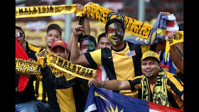 Cổ động viên Malaysian trình diễn màn cổ động tuyệt vời tại chung kết AFF Suzuki Cup