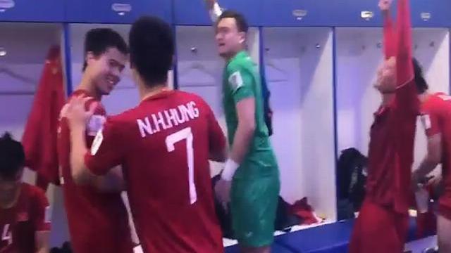 Cầu thủ Việt Nam đập tủ đựng đồ, mừng vé vào tứ kết Asian Cup