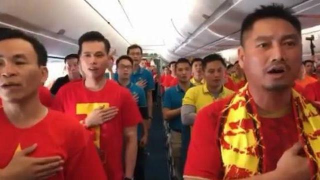 CĐV Việt Nam chào cờ, hát Quốc ca trên máy bay trên bầu trời Dubai