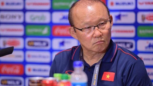 HLV Park nổi cáu, mời phóng viên Thái Lan ra ngoài vì ồn ào