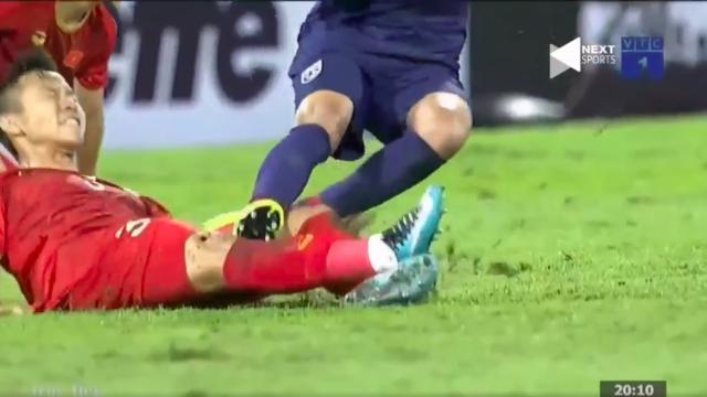 Trọng tài xử lý không tốt, cầu thủ Thái Lan xứng đáng thẻ đỏ.mp4