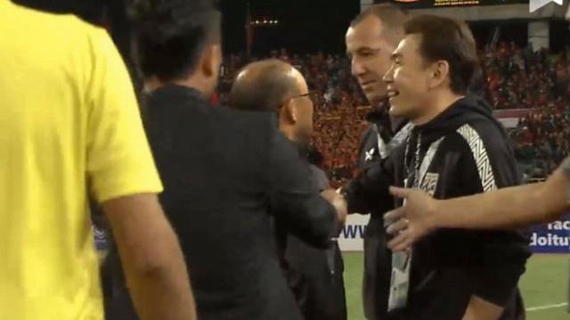 HLV Park nổi giận với trợ lý đội tuyển Thái Lan