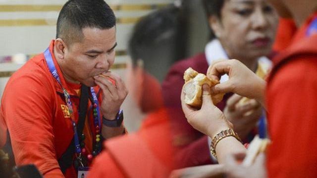 'Vỡ trận' tại sân bay Manila: Đoàn thể thao Việt Nam phải ăn bánh mỳ cầm hơi, chờ đợi hơn 3 tiếng đồng hồ mới có xe đưa về điểm tập kết