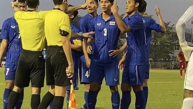 Cầu thủ Thái Lan quát trọng tài vì cho U22 Việt Nam thực hiện lại quả penalty