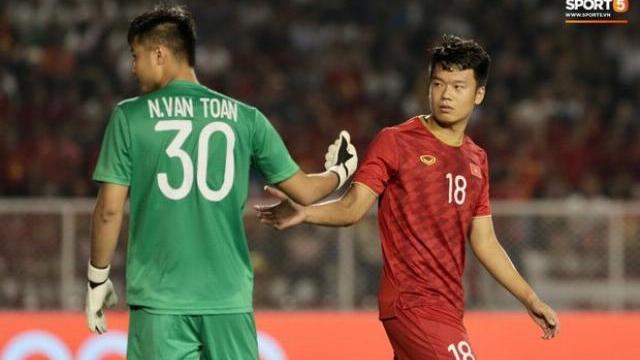 Lập công chuộc tội, Văn Toản xuất sắc cản phá quả penalty của cầu thủ Campuchia