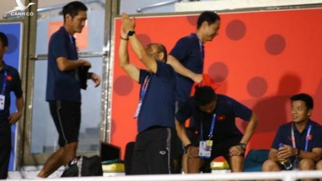 HLV Park Hang-seo ăn mừng khi chứng kiến tuyển nữ Việt Nam đánh bại Thái Lan