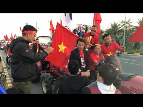 [TRỰC TIẾP] Người hâm mộ lái máy cày đón U22 Việt Nam