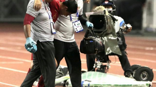Cận cảnh Văn Hậu phạm lỗi khiến cầu thủ số 6 Indonesia phải ngồi xe lăn