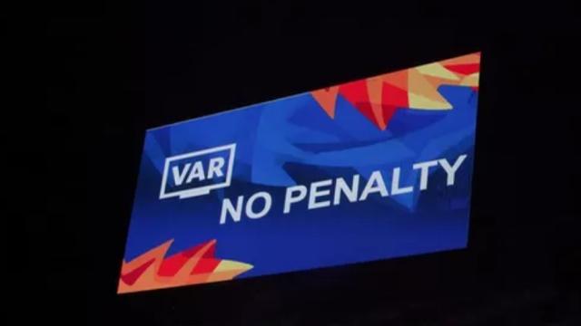 Bùi Tiến Dũng xuất sắc cản phá thành công pha sút phạt cực kỳ nguy hiểm sau tình huống VAR cứu thua cho U23 Việt Nam