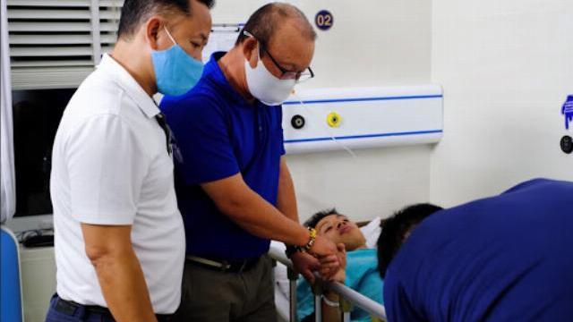 HLV Park Hang-seo nắm chặt tay Đỗ Hùng Dũng khi đến bệnh viện thăm học trò