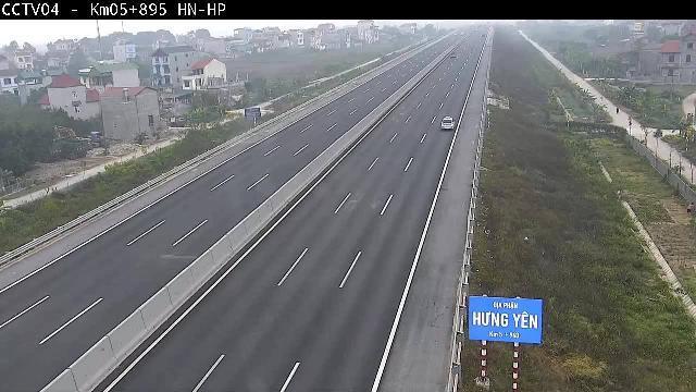 VIDEO HOT: 2 xe ô tô đi lùi trên đường cao tốc Hà Nội – Hải Phòng