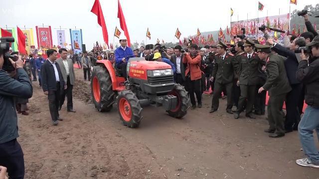 Chủ tịch nước Trần Đại Quang lái máy cày trong lễ Tịch Điền (Đọi Sơn, Hà Nam)