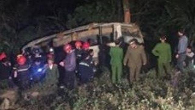 Xe khách đâm gẫy rào chắn lao xuống vực sâu 50 mét ở Lào Cai