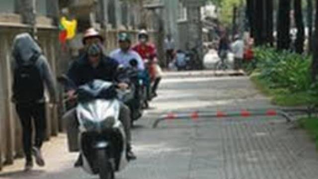 Điều chỉnh barie, xe máy chạy vùn vụt trên vỉa hè Sài Gòn